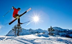 Skifahrer-springt